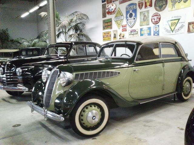 Gran colección de coches de otra época en Autoworld.