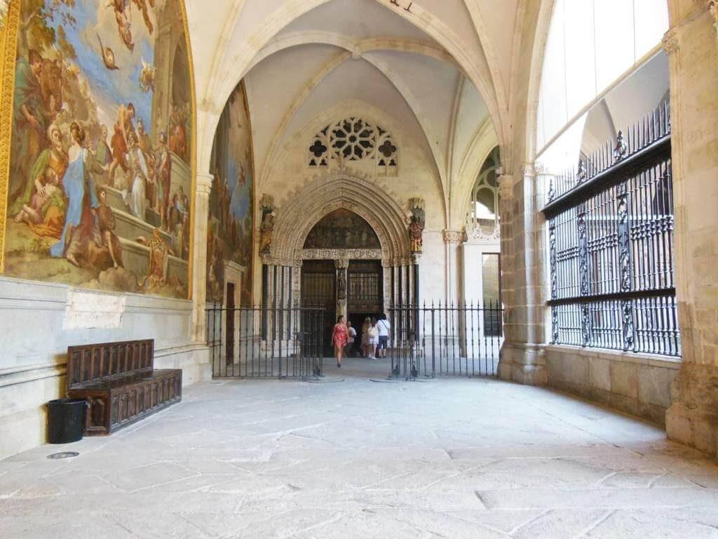 El claustro es muy amplio y bonito