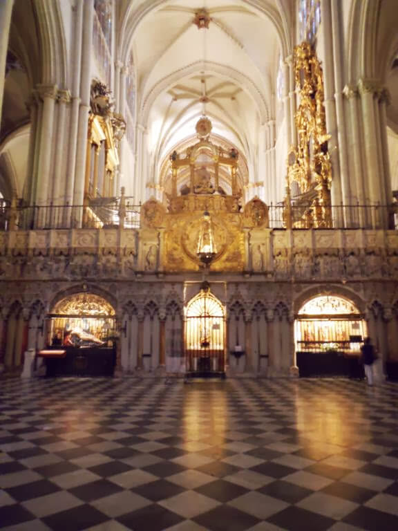 El interior de la catedral es muy amplio