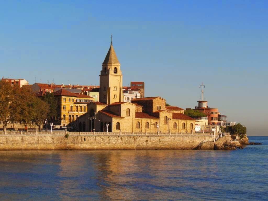 Iglesia de San Pedro en Gijón con el mar al lado.