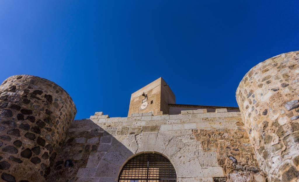 Acceso al Castillo de Cofrentes.
