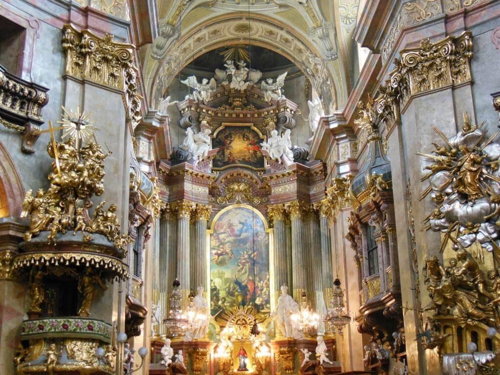 Múltiples artistas participaron en la decoración de la iglesia