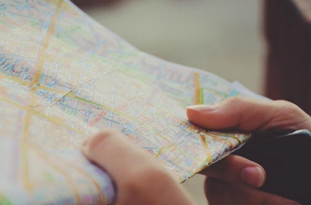Viajando solo aprendes a orientarte y tomar decisiones [image by pixabay.com]