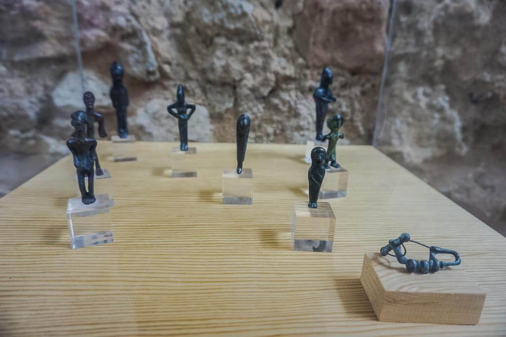 Restos expuestos en el centro de interpretación de Alarcos.