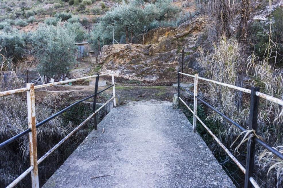 Al cruzar el puente girar a la derecha