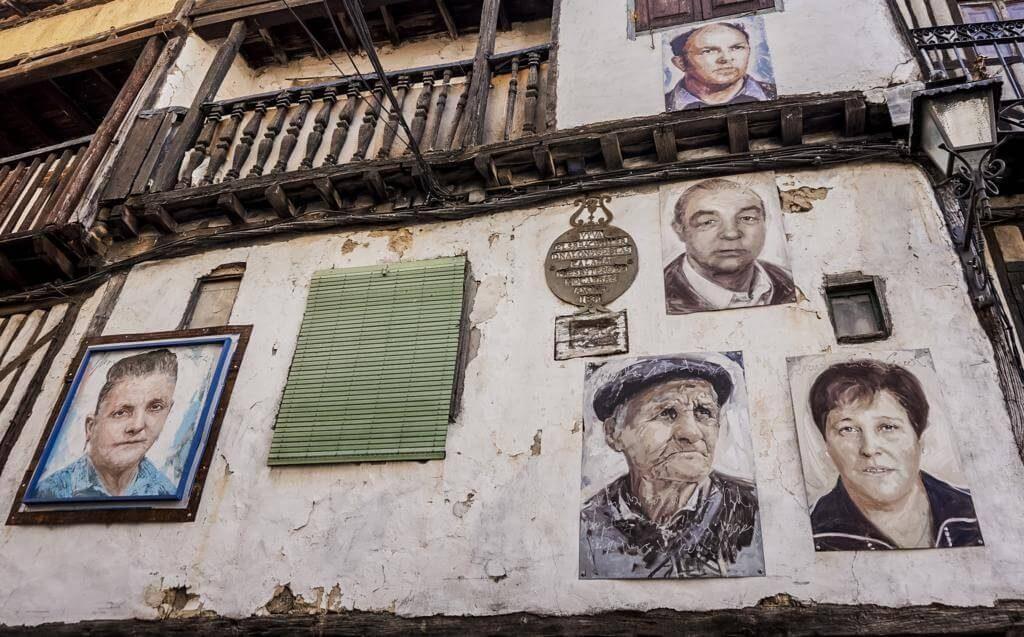 ¿Qué ver en Mogarraz? Retratos en las fachadas