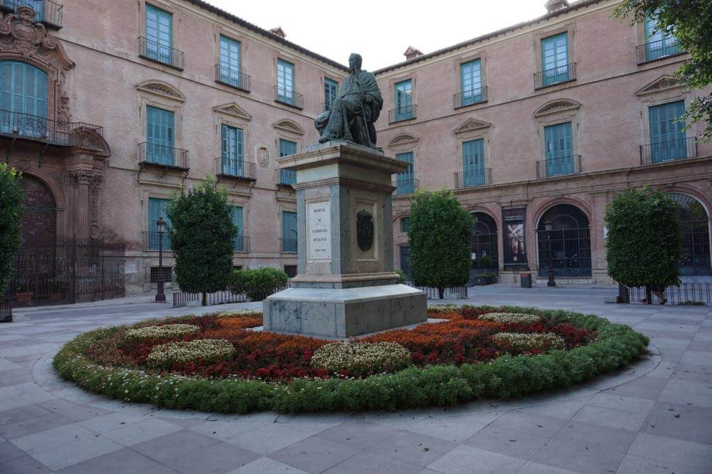 ¿Qué ver en Murcia en un día? Escultura del Cardenal Belluga